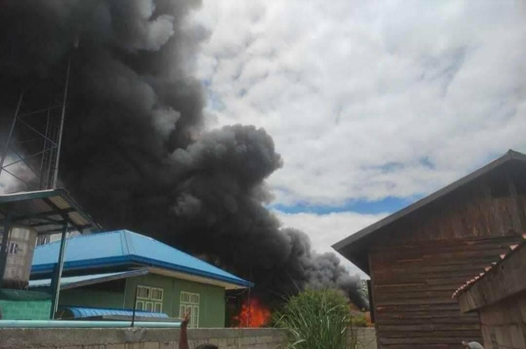 Local Karenni resistance fighters set the Moebye police station on fire after capturing it on May 23. (Kantarawaddy Times)